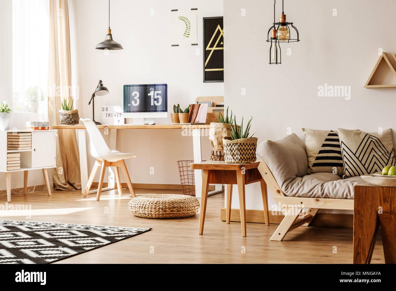 loft moderne intrieur plein de meubles en bois naturel et accessoires avec bureau ordinateur poitrine blanc beige canap table et pots de papier pour