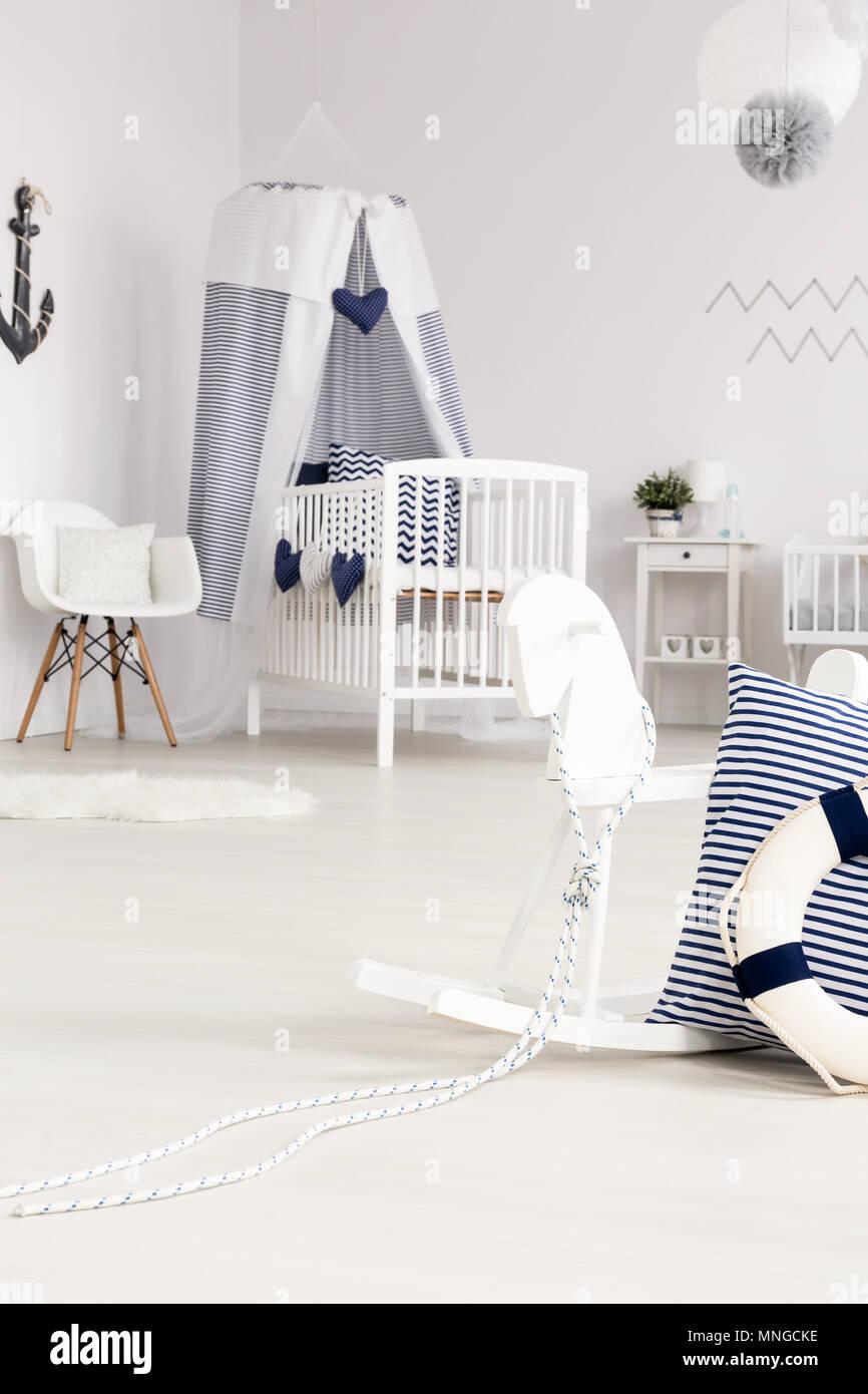 Belle chambre bébé blanc avec lit-bébé et cheval à bascule avec des ...
