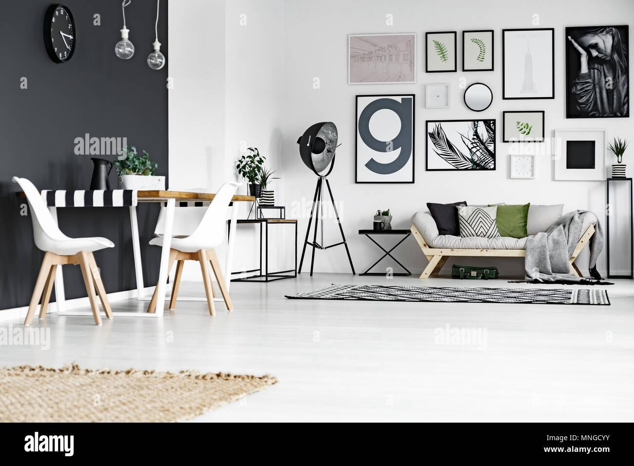 Dans l\'espace salle à manger noir et blanc spacieux salon ...