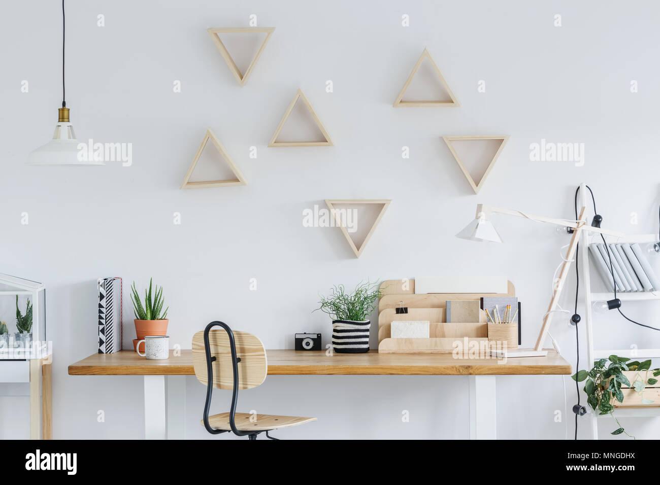 Scandi blanc avec l intérieur d un bureau en bois des étagères et