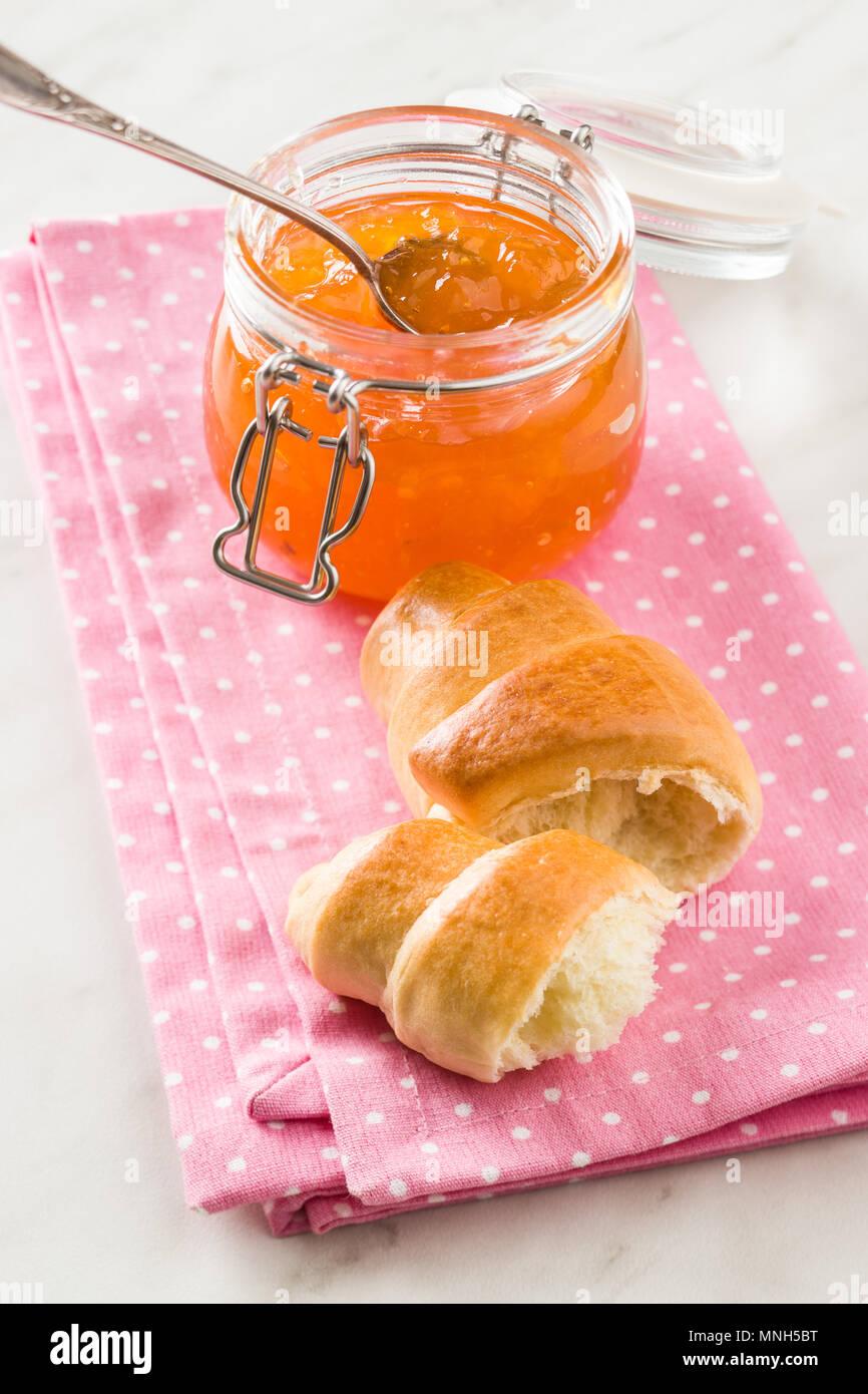 Confiture d'abricot jelly et croissants sur serviette. Photo Stock