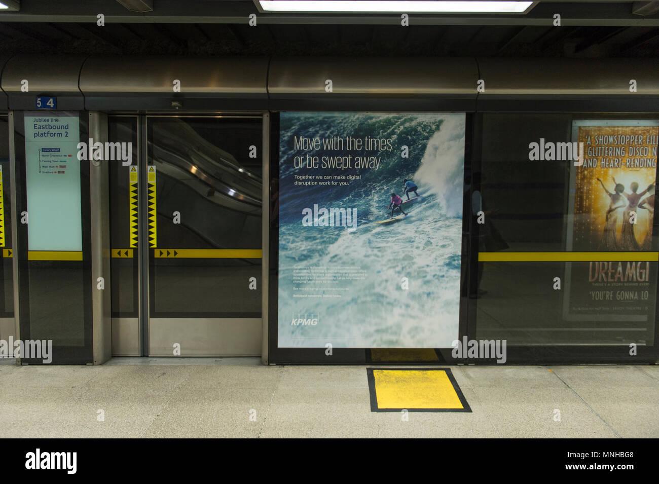 Canary Wharf, London, UK. 17 mai, 2018. Jubilee Line station à Canary Wharf est bordée de publicité cabinet comptable. EY, KPMG, Deloitte et PwC ont fait des plans pour briser leurs activités au Royaume-Uni, en partie à cause de l'échec de Carillion. Les entreprises peut être contraint de se séparer de leur vérification et d'expertise-conseil. Credit: Malcolm Park/Alamy Live News. Photo Stock