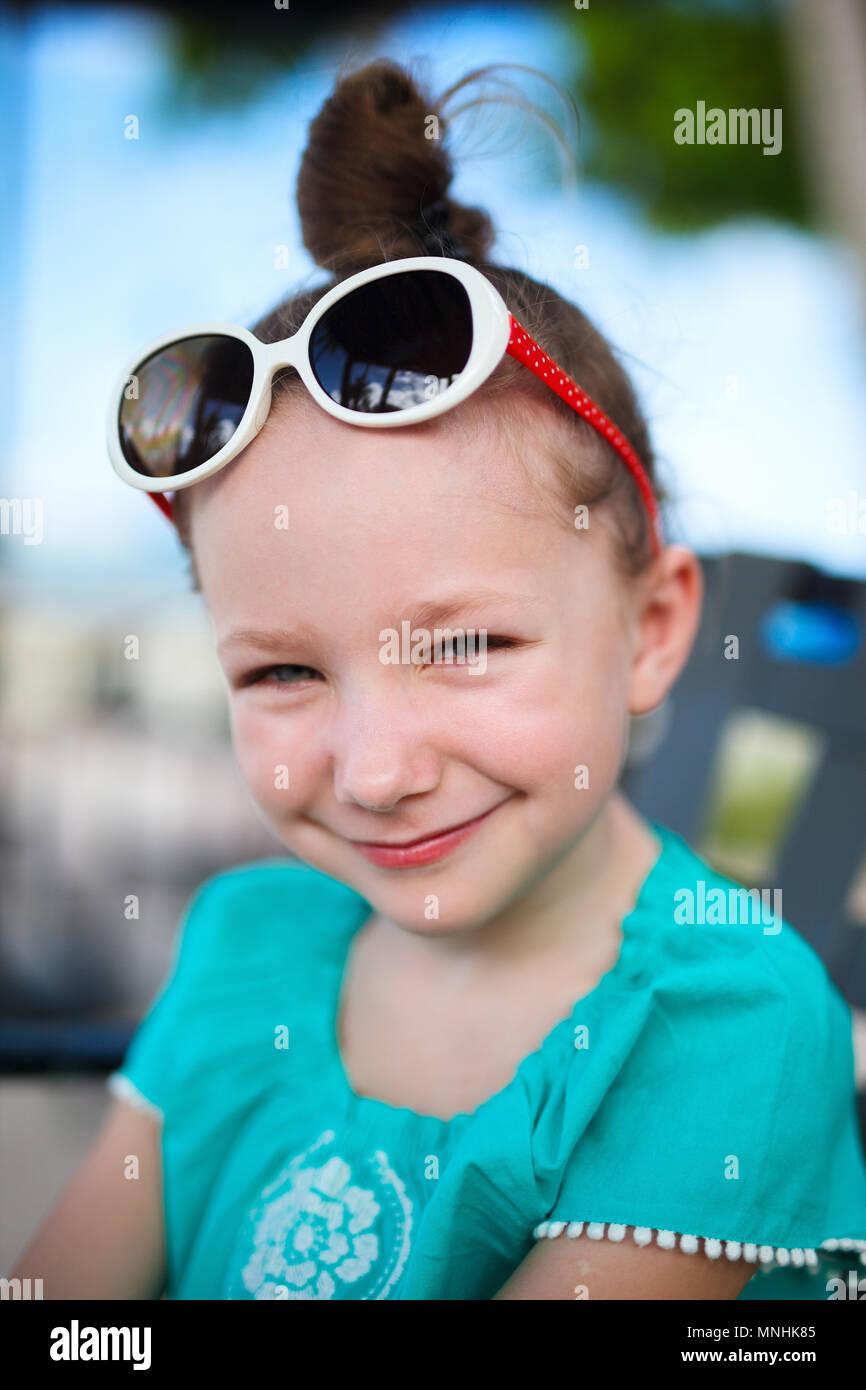 Portrait de petite fille décontracté en plein air, sur la journée d'été Photo Stock
