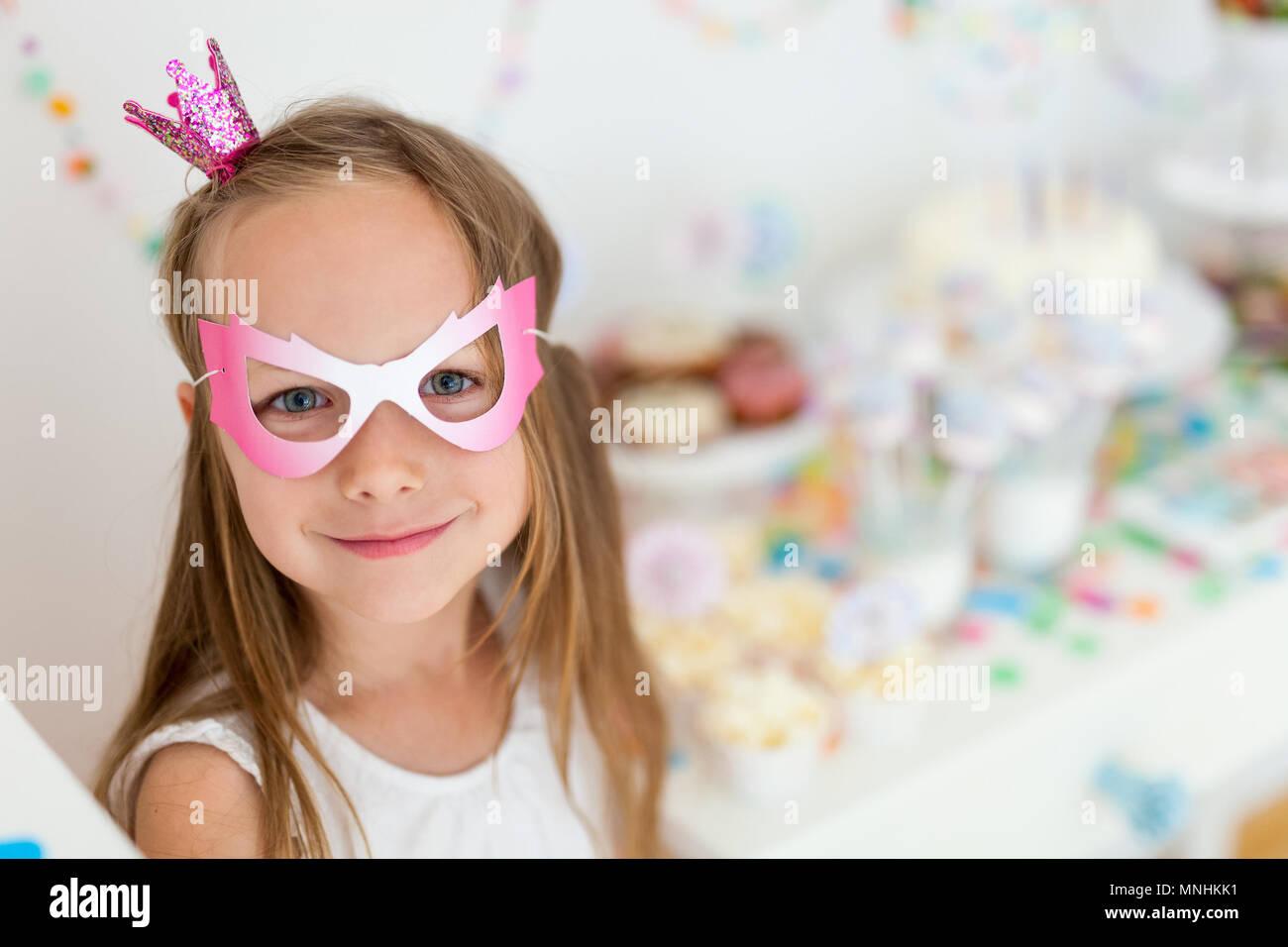 Adorable petite fille princesse avec couronne à kids Birthday party Banque D'Images