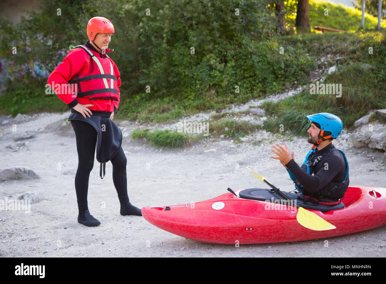 Un kayak guide de l'eau sauvages est d'expliquer les procédures de sécurité à un touriste qui va avoir une aventure mouillée sur la rivière Soca près de Bovec, littoral slovène en Slovénie Photo Stock
