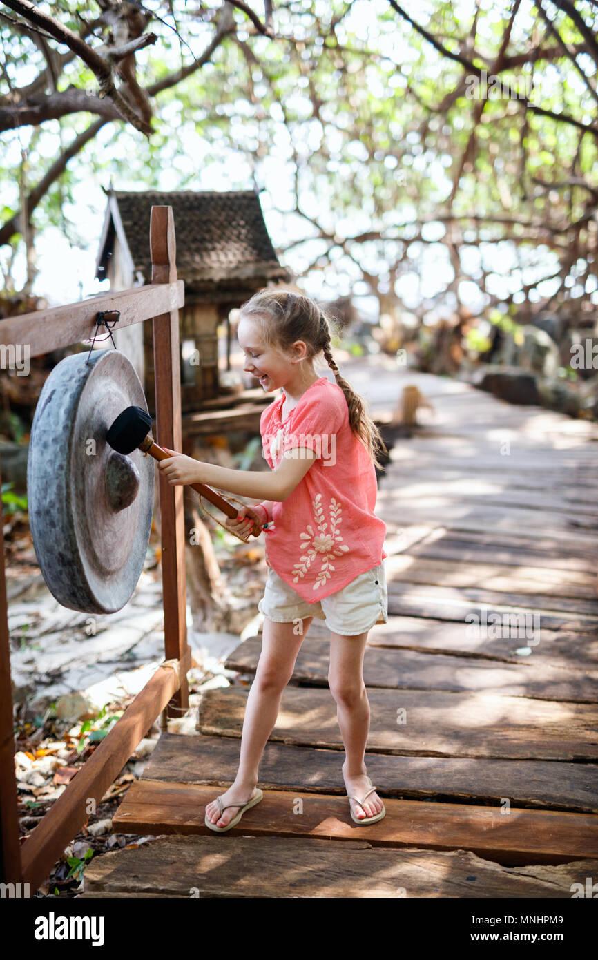 Portrait de petite fille décontracté en plein air, sur la journée d'été Banque D'Images