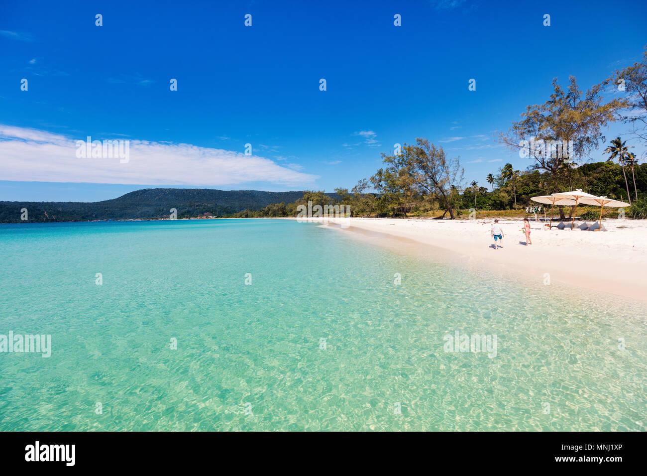 Les enfants s'amuser au Tropical Beach pendant les vacances d'été jouer ensemble à l'eau peu profonde Banque D'Images