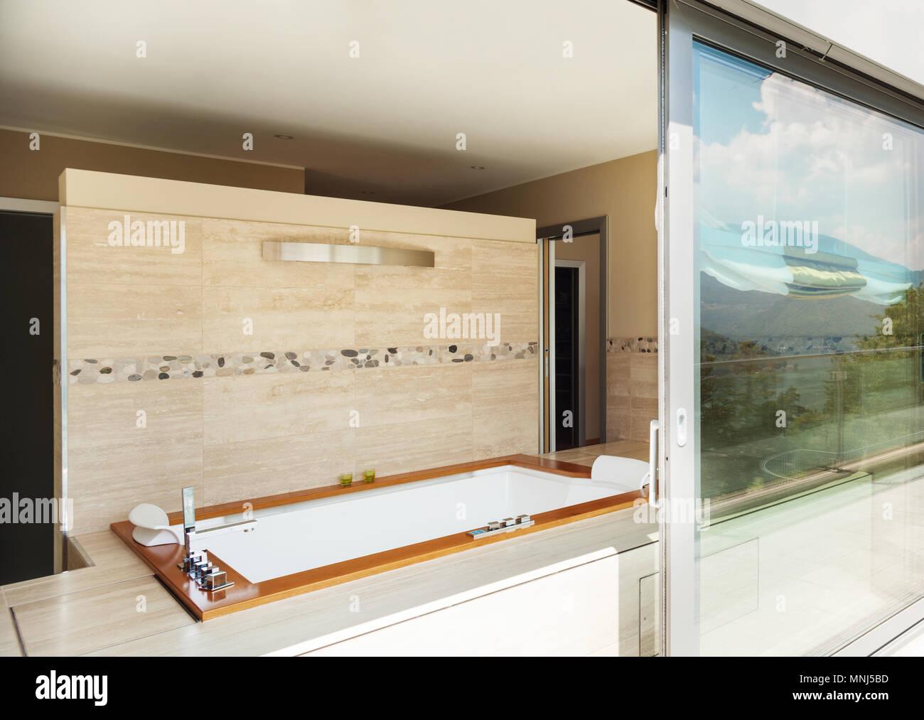 Bâtiment moderne, salle de bain avec jacuzzi à partir de la ...