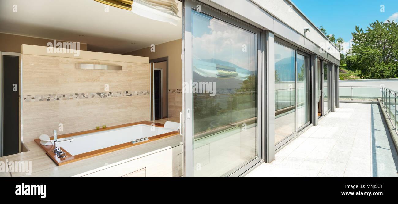 Bâtiment moderne, salle de bain avec jacuzzi à partir de la terrasse ...