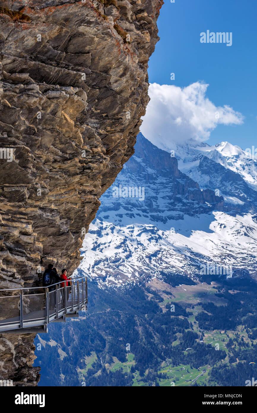 Première plate-forme de montagne falaise à pied par Tissot, Grindelwald, Oberland Bernois, Suisse Photo Stock