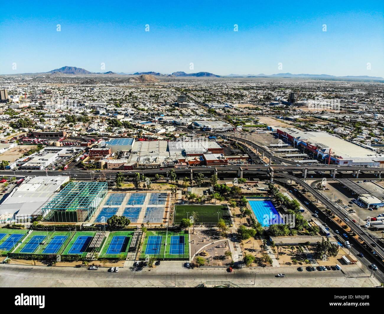 Vue aérienne de piscines, courts de tennis, basket-ball, boulevard, route, pont de distributeur. La circulation automobile. Hector Espino stadium. Mex Photo Stock