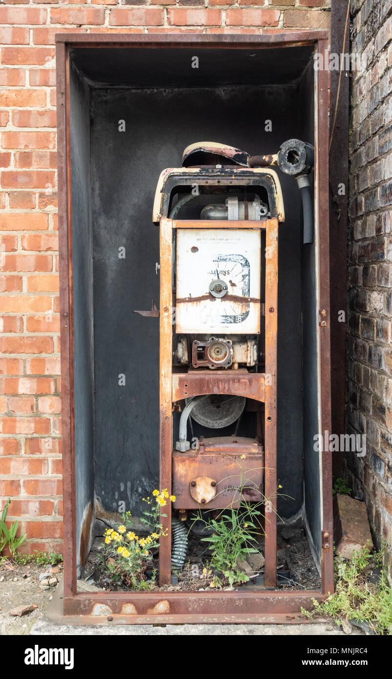 Vieilles et rouillées avec pompe à essence gallons sur l'affichage. Photo Stock