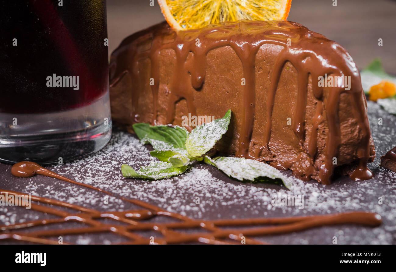 Dessert au chocolat avec des copeaux d'orange sur un fond de bois Photo Stock