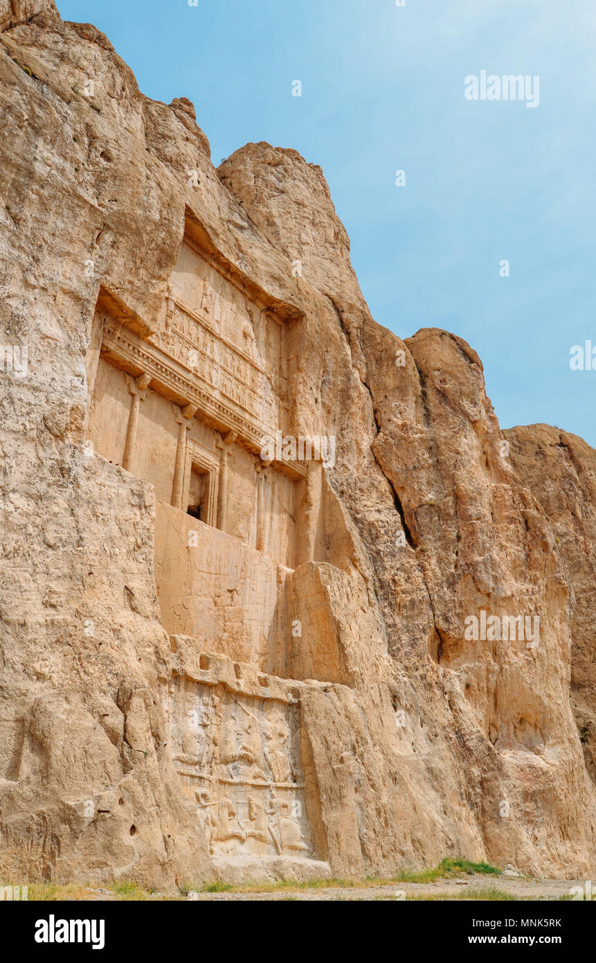 Les anciennes tombes des rois de Perse de la dynastie achéménide sont sculptées dans la falaise rocheuse à Naqsh-e Rustam, Iran. Photo Stock