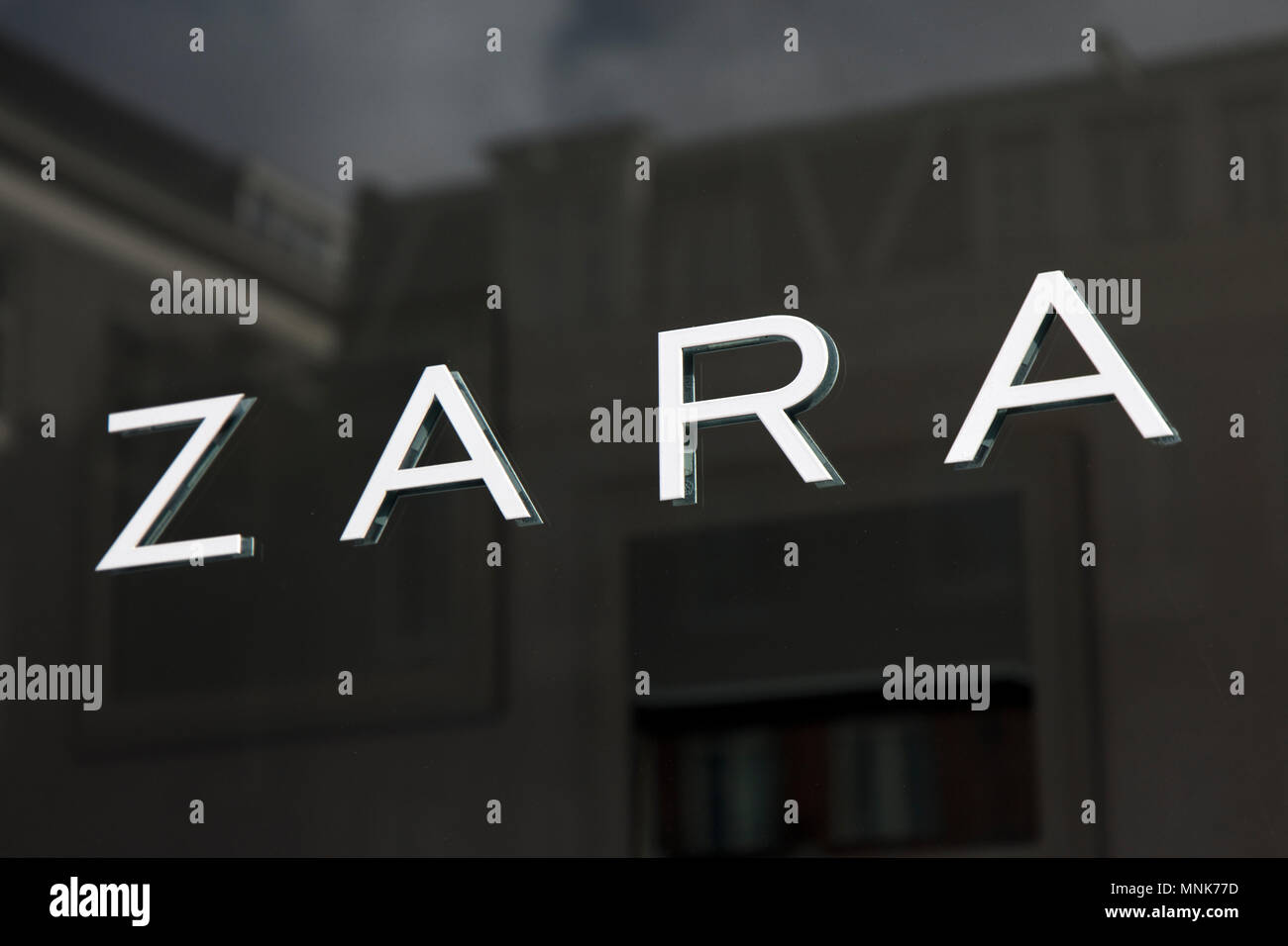 Amsterdam Pays Bas Mars 5 2017 Lettres Zara Sur Un Magasin A Amsterdam Photo Stock Alamy