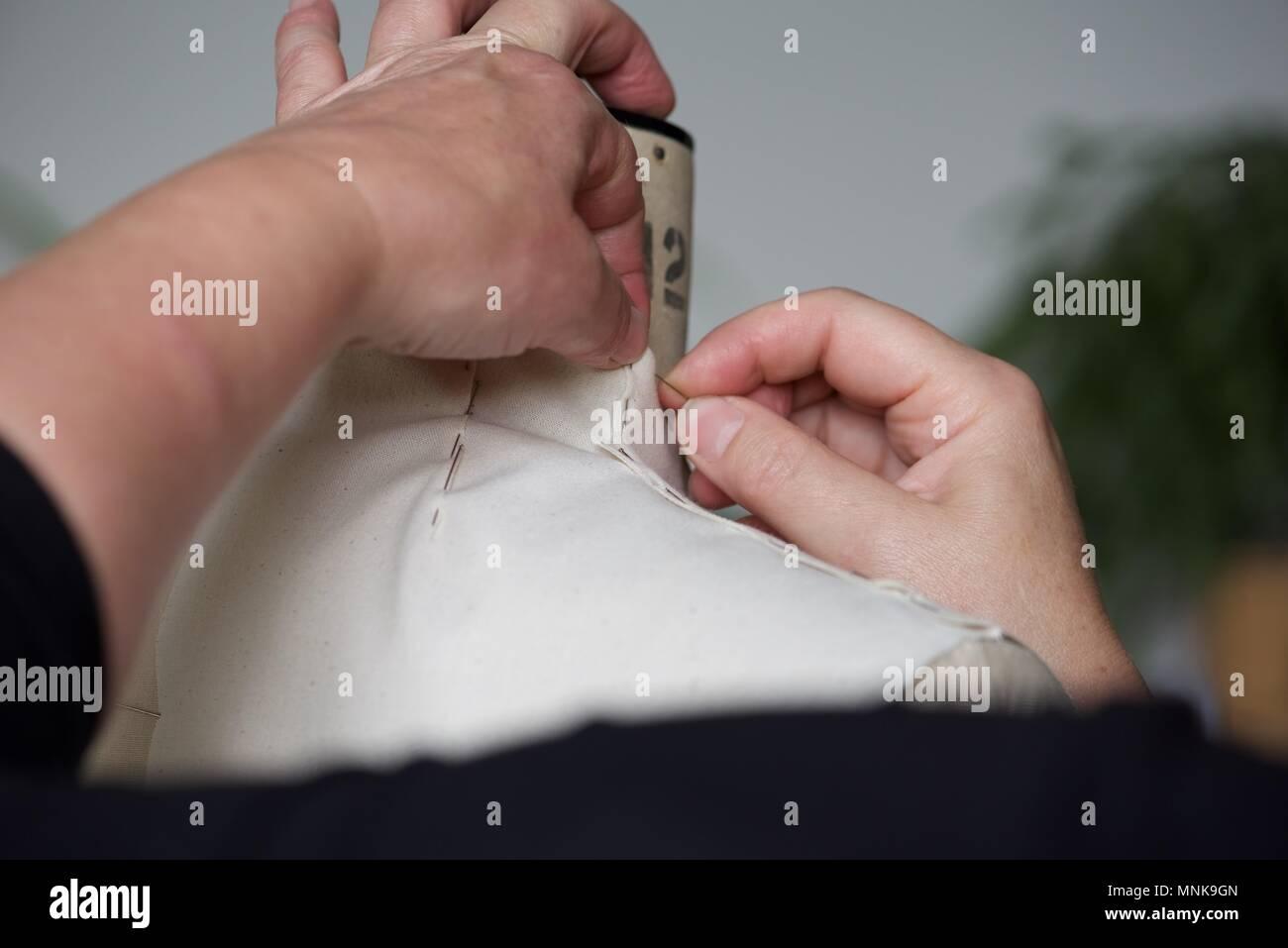 Patroniste (Mode): un vrai motif Pattern Maker/Cutter au travail sur une toile calicot sur un modèle, ou le mannequin stand Photo Stock