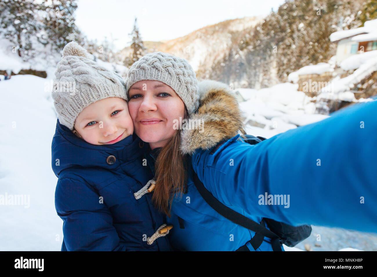 Mère et doughter selfies prenant sur belle journée d'hiver à l'extérieur Photo Stock