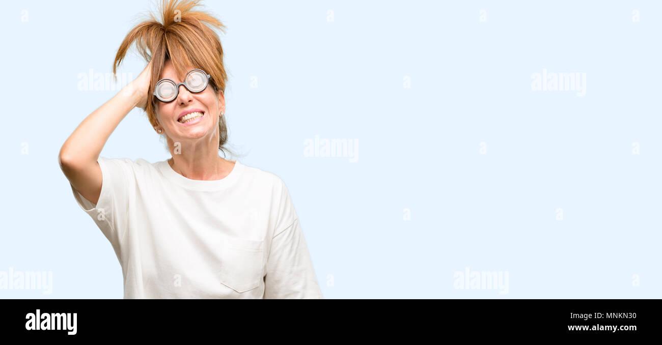 Crazy moyen age femme portant des lunettes idiotes terrifié et nerveux l  expression d  ebc9bebb2898