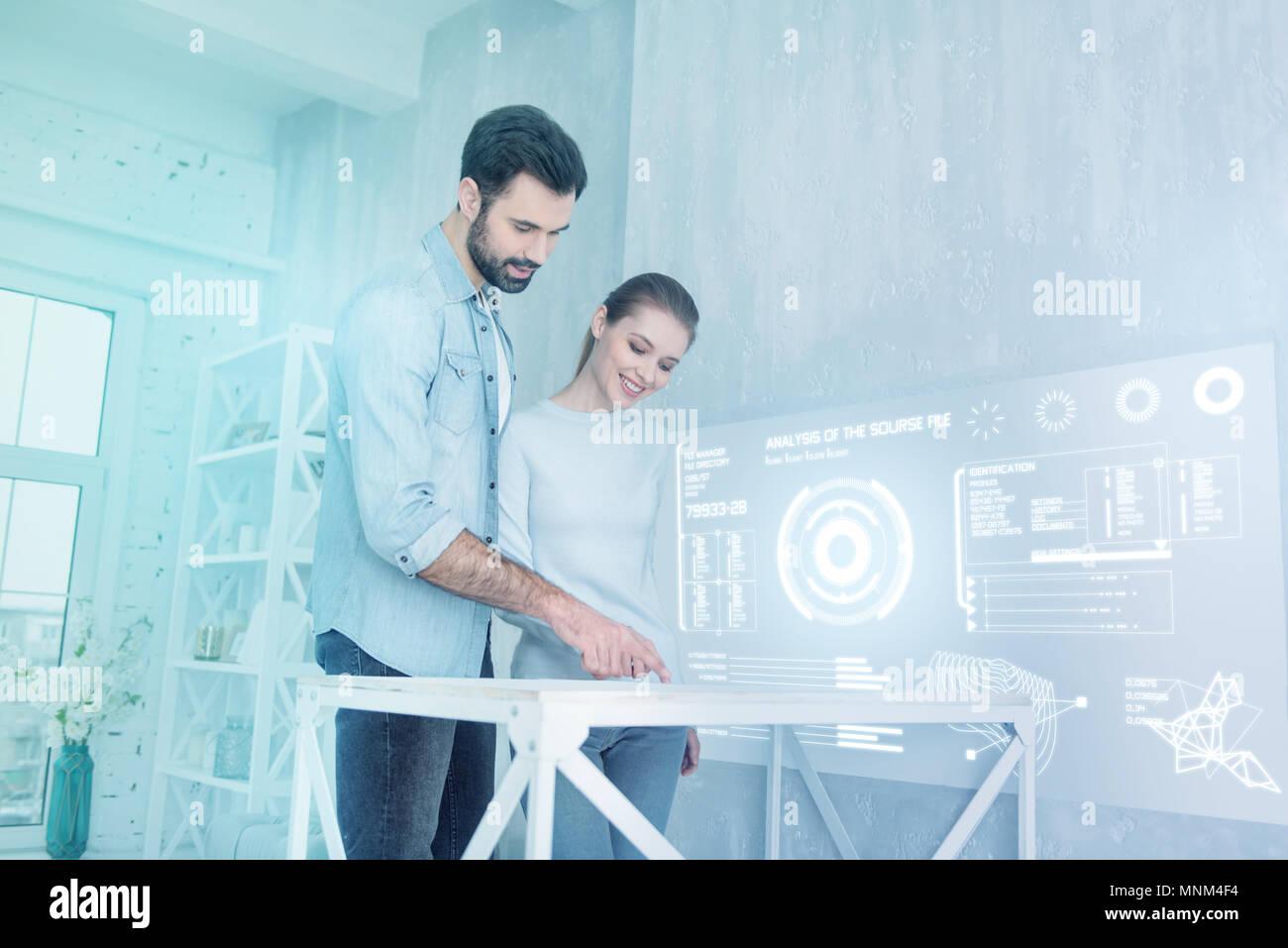 Les développeurs de logiciels de création de sourire et de travailler ensemble Photo Stock