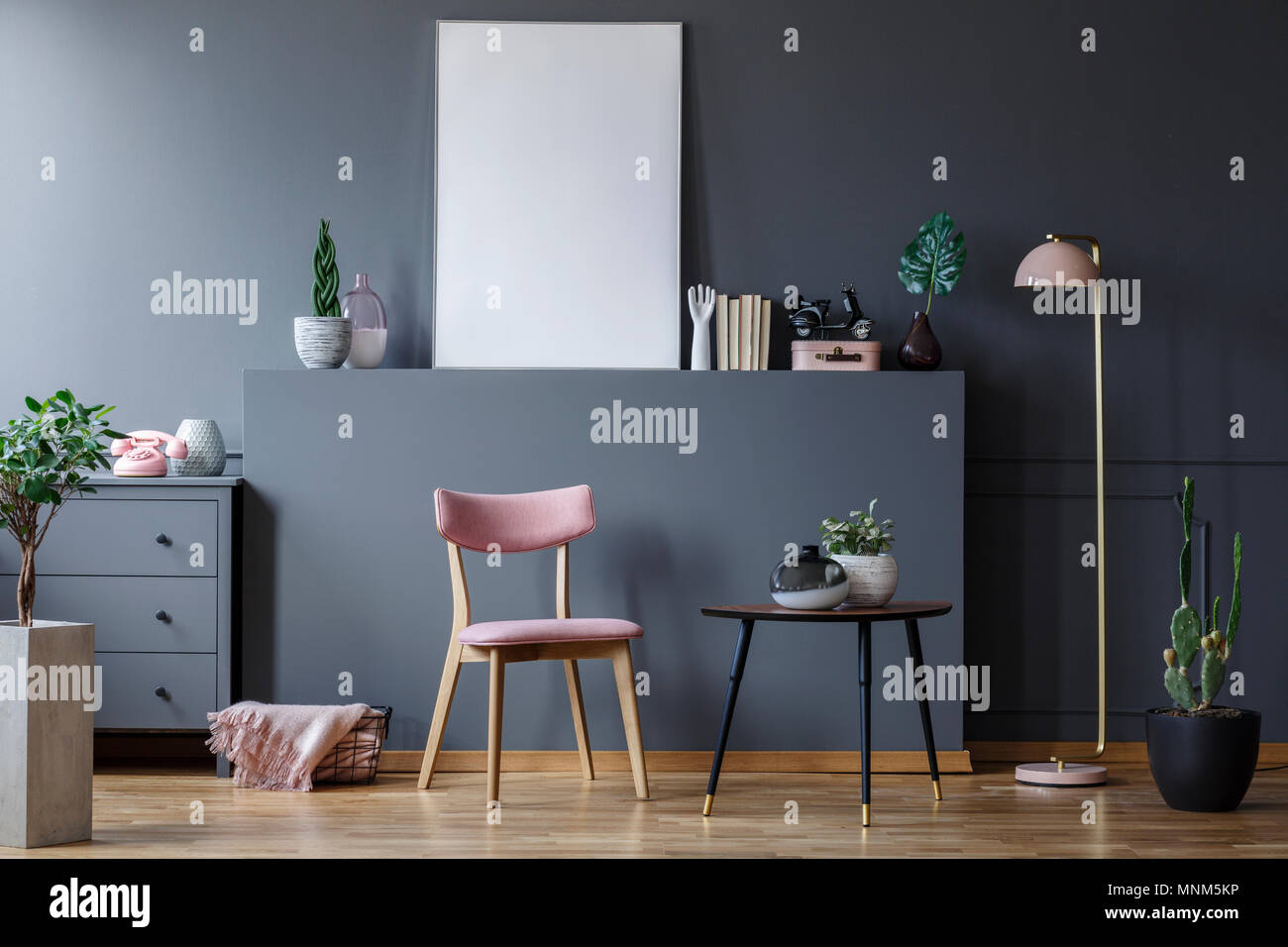 Chaise en bois rose noir gris à table dans un salon intérieur avec ...