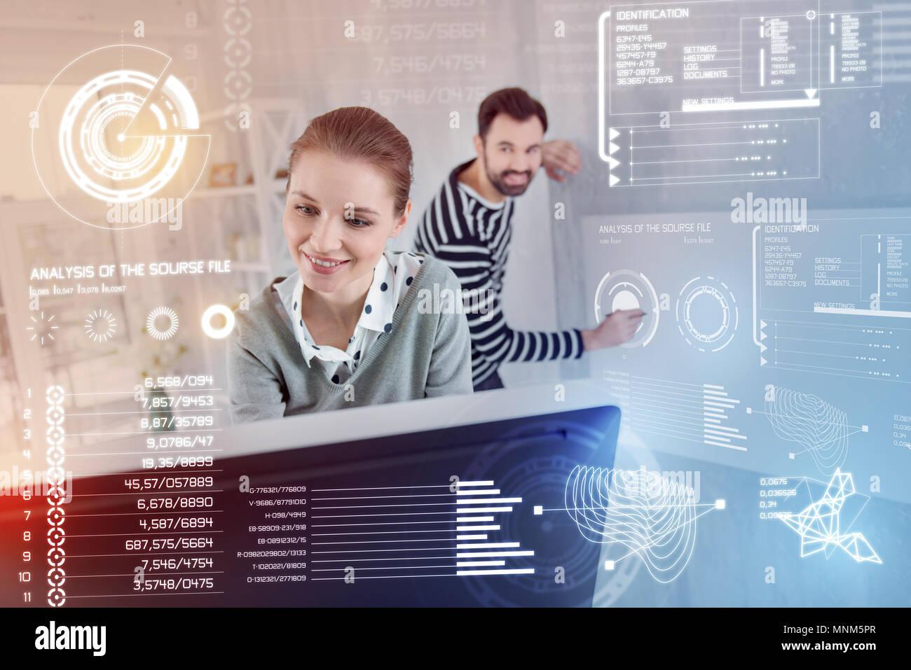 Les développeurs de logiciels émotionnel tout en travaillant de concert, smiling Photo Stock