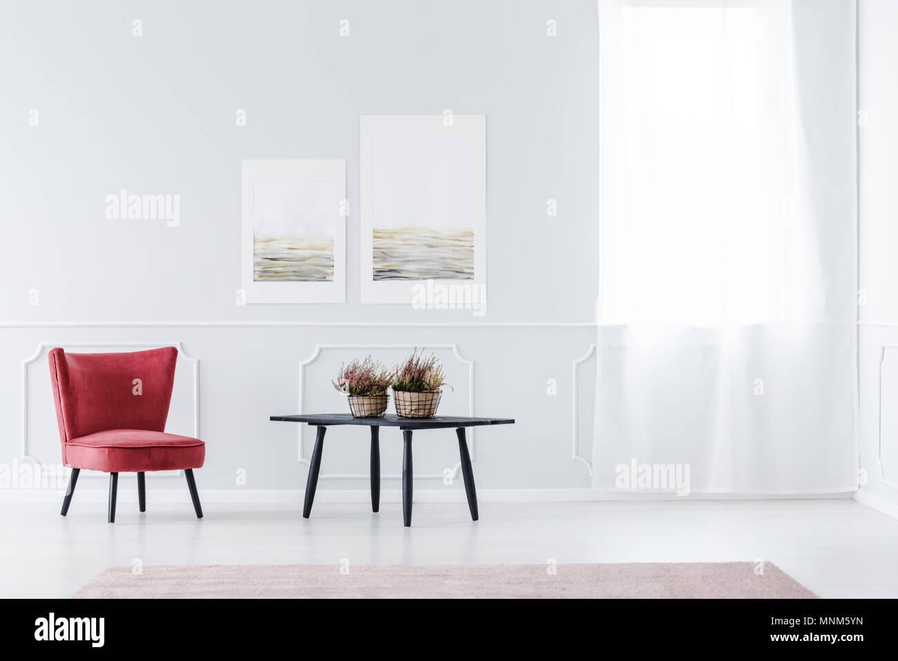 Fauteuil en velours rouge, dans le lumineux salon intérieur ...