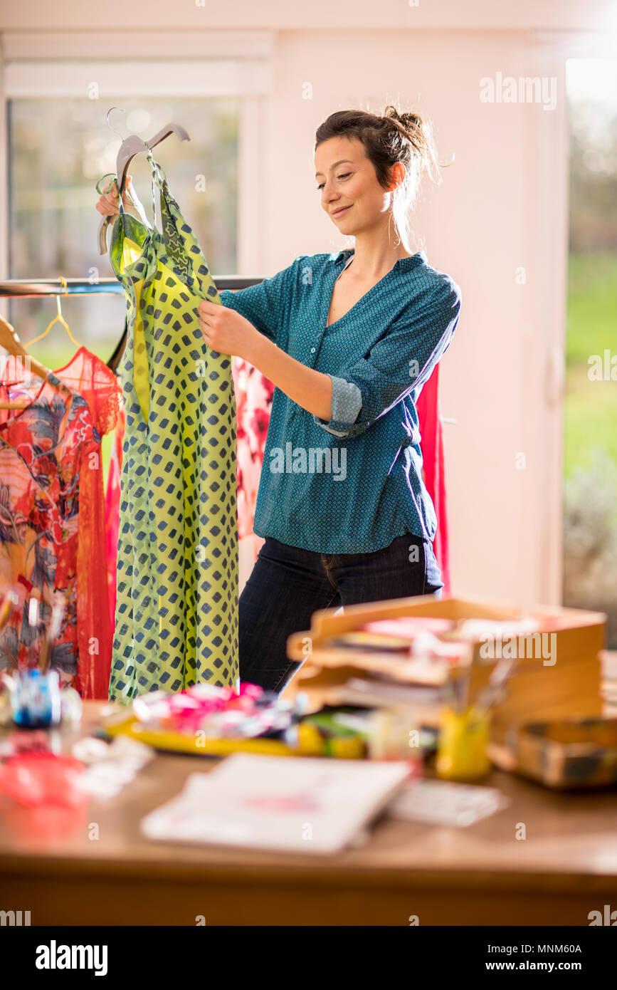 Créateur de mode de travail sur un nouveau modèle, dans son studio Photo Stock