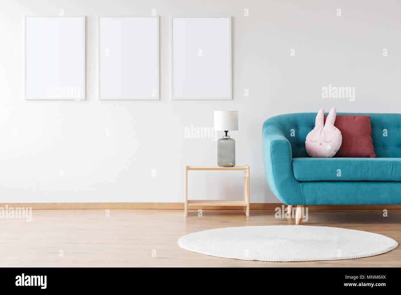 f26973cad24c25 Maquette de white affiches et sur lampe Tabouret pliant en chambre de l enfant  avec canapé et tapis blanc bleu