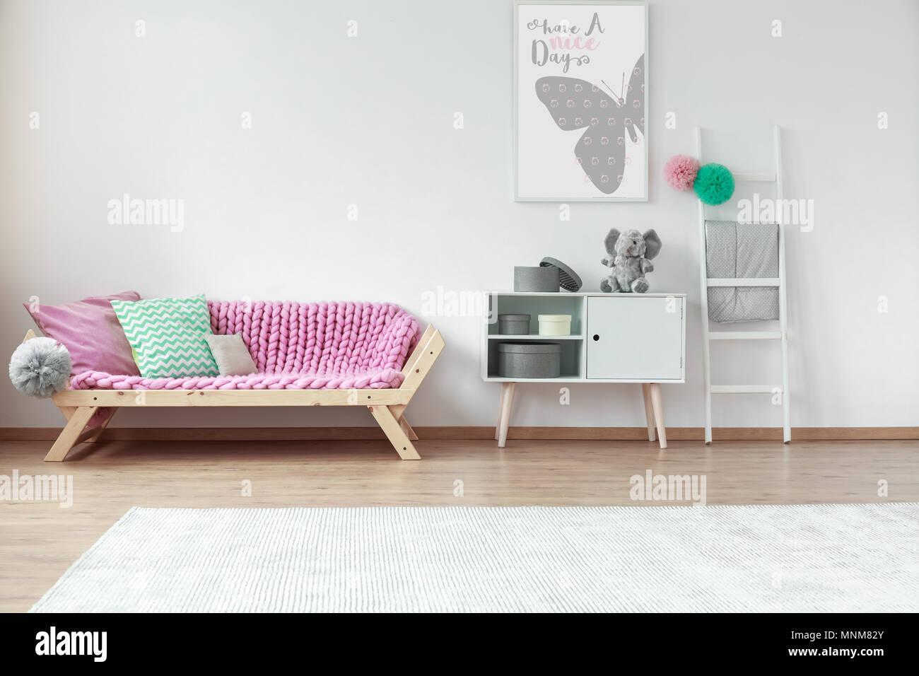 Des coussins colorés allongé sur une table en bois de rose ...