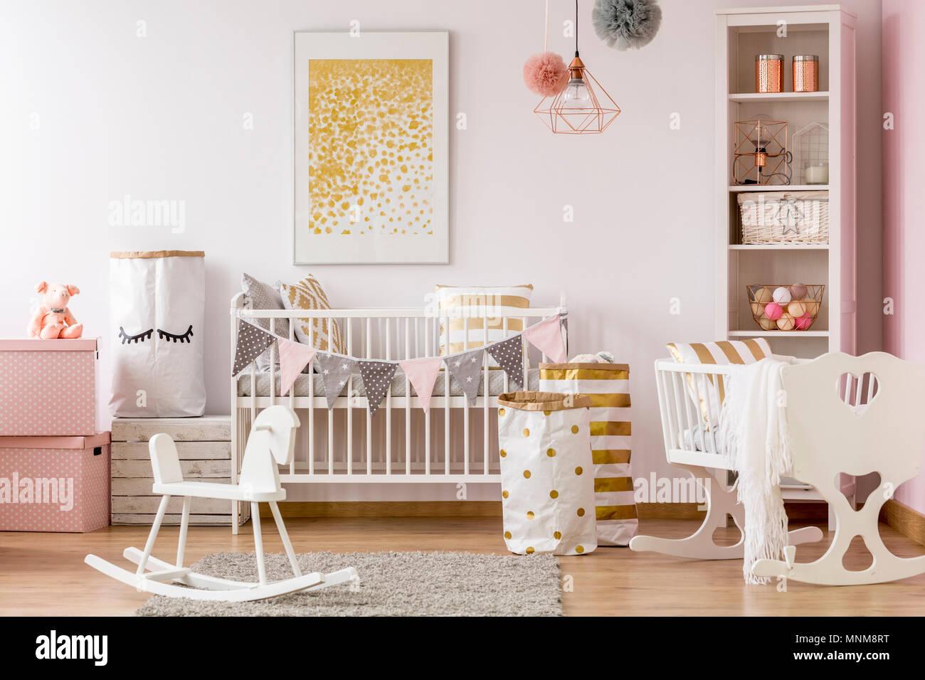 Scandi chambre bébé style blanc avec lit bébé, berceau, Cheval à bascule Banque D'Images