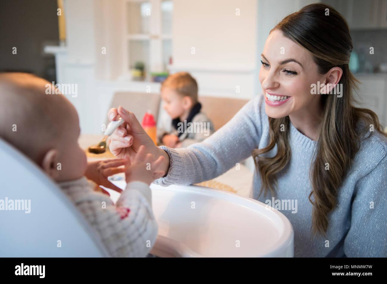 Mère nourrir bébé (18-23 mois) Photo Stock