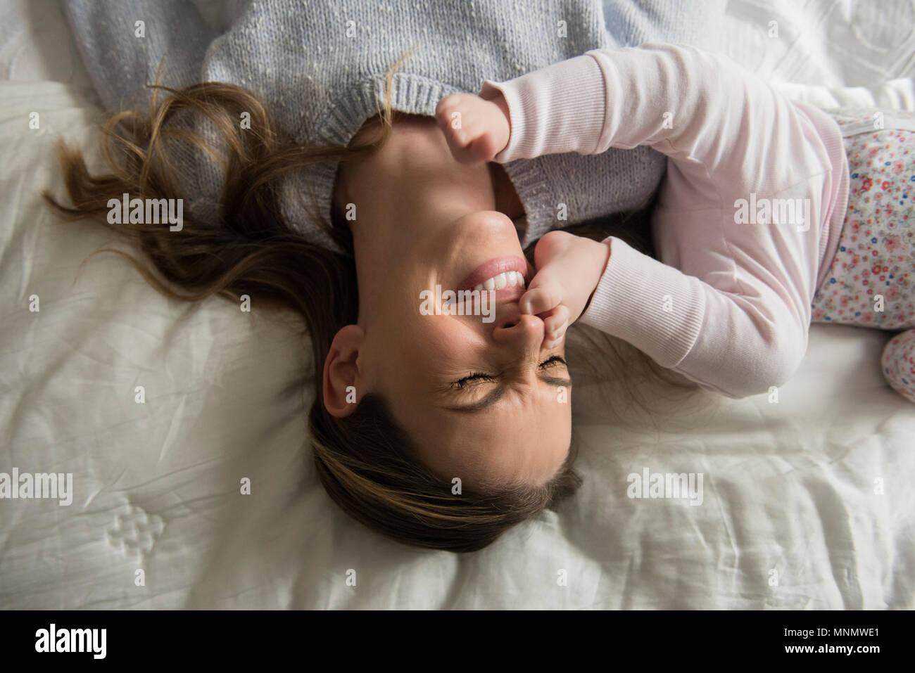 Mère jouant avec bébé (18-23 mois) Photo Stock