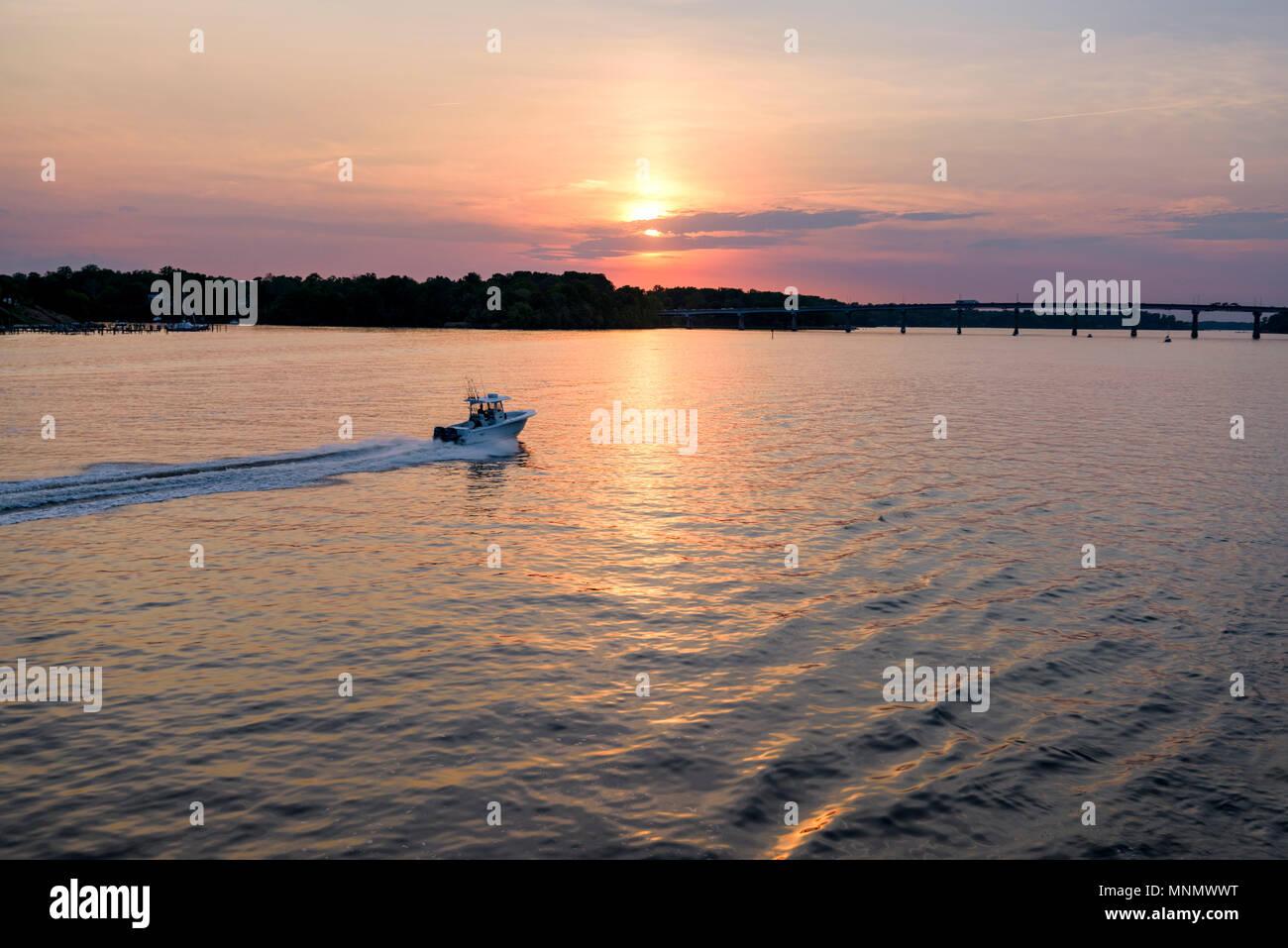 Un hors-bord voyages sur la rivière Severn près d'Annapolis, Maryland. Banque D'Images
