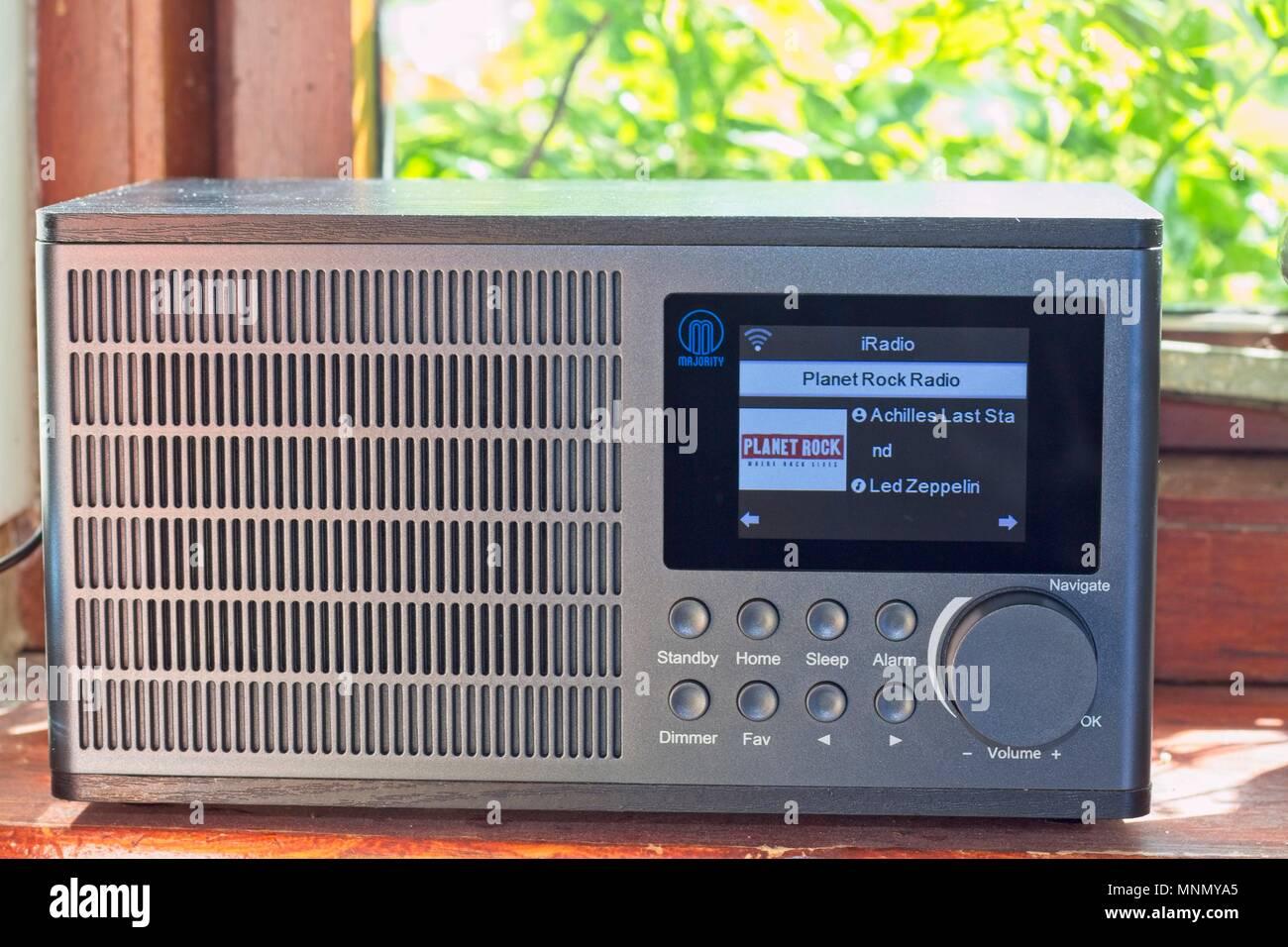 La radio Internet sur un rebord de fenêtre de cuisine, à l'écoute de Planet Rock, travailler hors connexion Wi-Fi au réseau local domestique Photo Stock