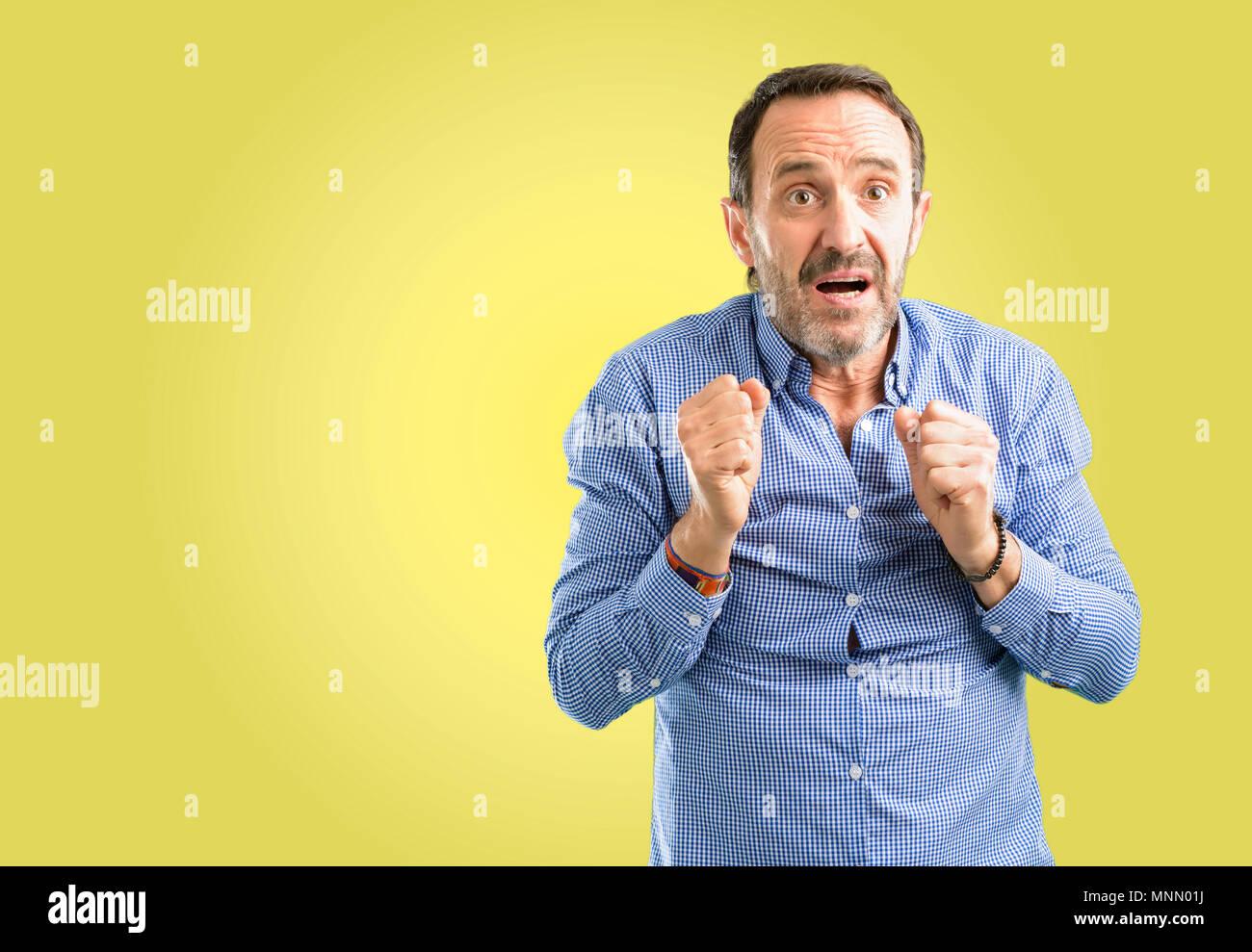 Beau moyen age homme heureux et surpris de l'expression d'encouragement geste wow Banque D'Images