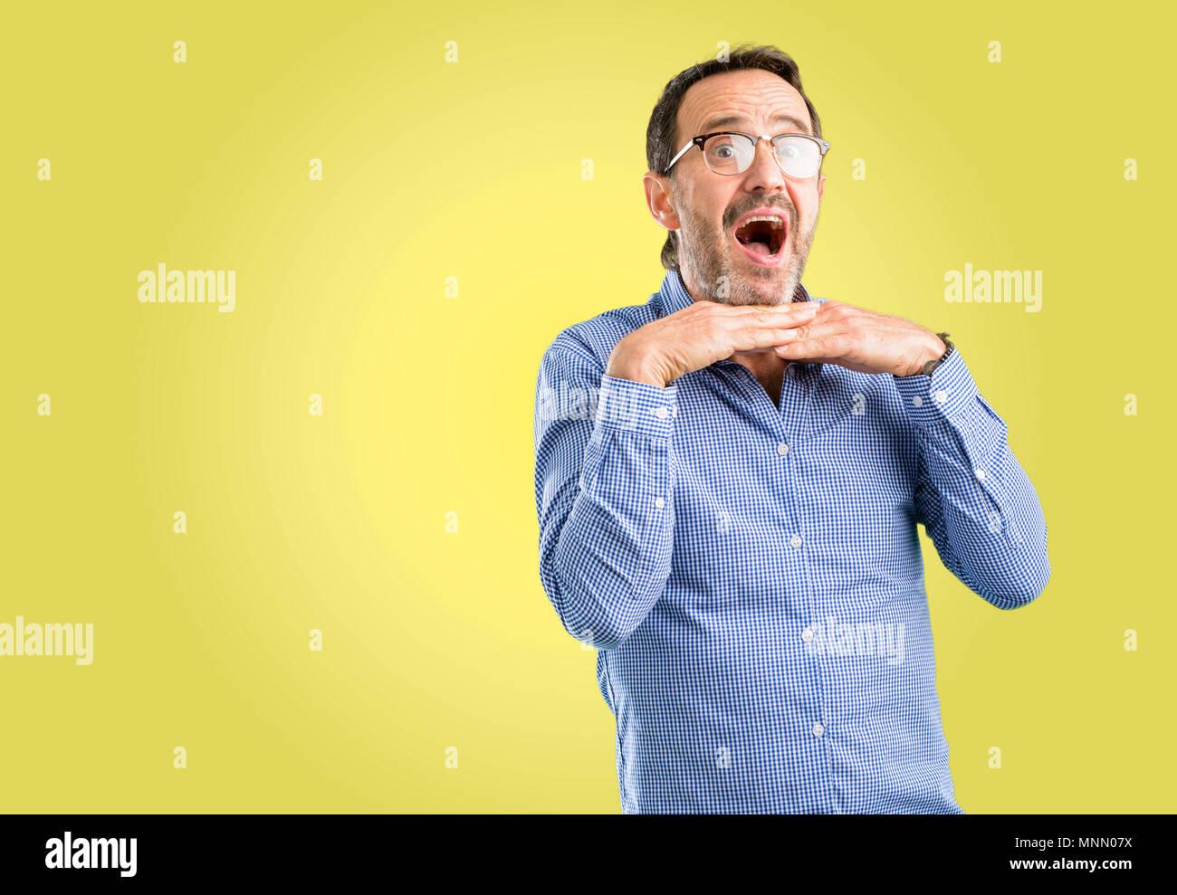 Beau moyen age homme heureux et surpris de l'expression d'encouragement geste wow Photo Stock