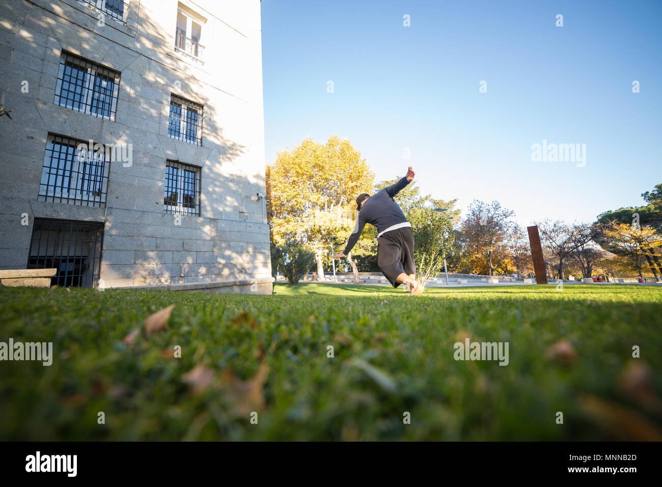 Jeune homme faisant un incroyable tour de parkour dans le parc. Photo Stock