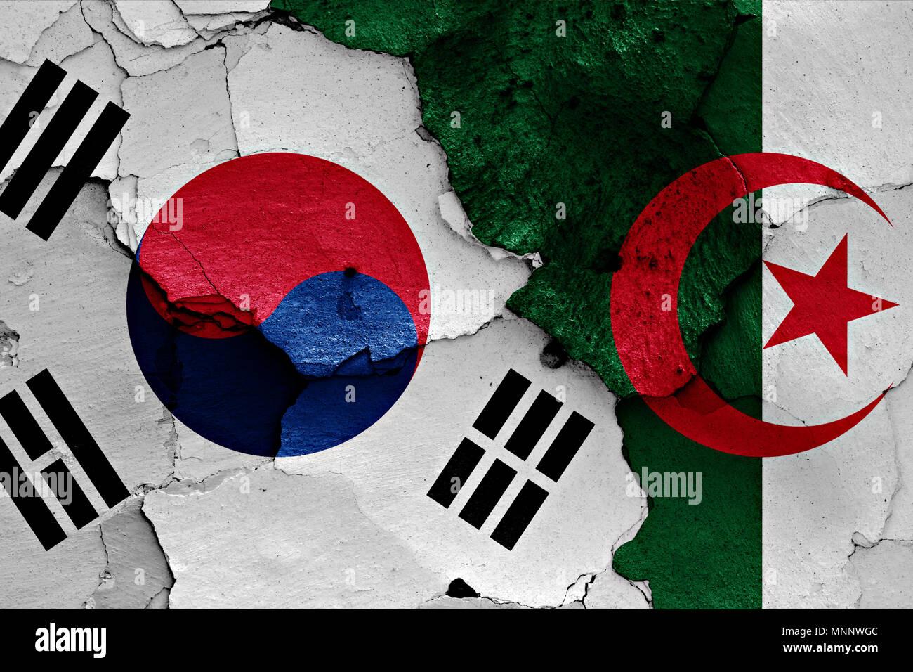 Les pavillons de la Corée du Sud et l'Algérie peint sur mur fissuré Photo Stock