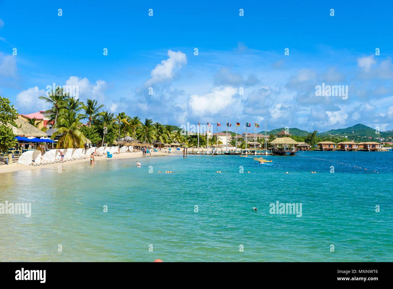 Plage de l'île Pigeon - la côte tropical sur l'île caribéenne de Sainte-Lucie. C'est une destination paradisiaque avec une plage de sable blanc et mer turquoiuse. Photo Stock