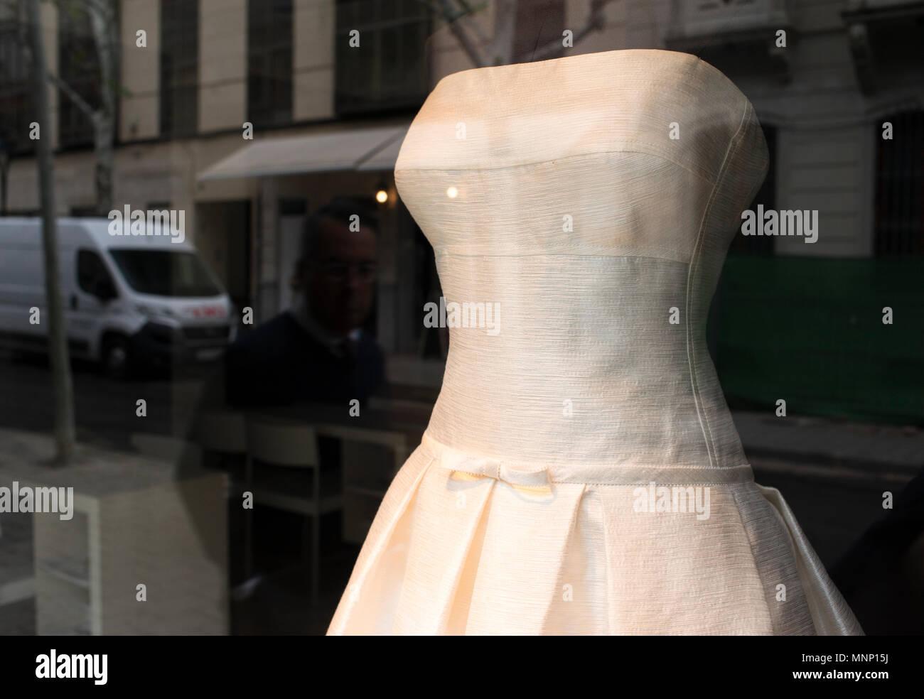 685508ef56f Boutique de mode femme mesdames fenêtre store mannquins à la mode des mannequins  portant robe de mariage.