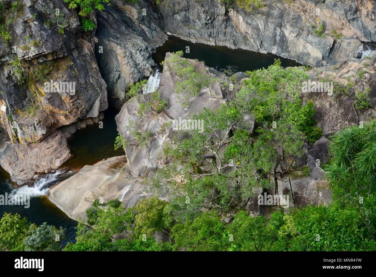 La section inférieure du Jourama Falls photographié d'en haut, Bruce Hwy, Yuruga France Photo Stock
