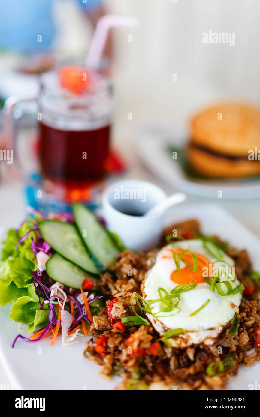 Close up of delicious plat de riz frit servi pour le déjeuner Photo Stock