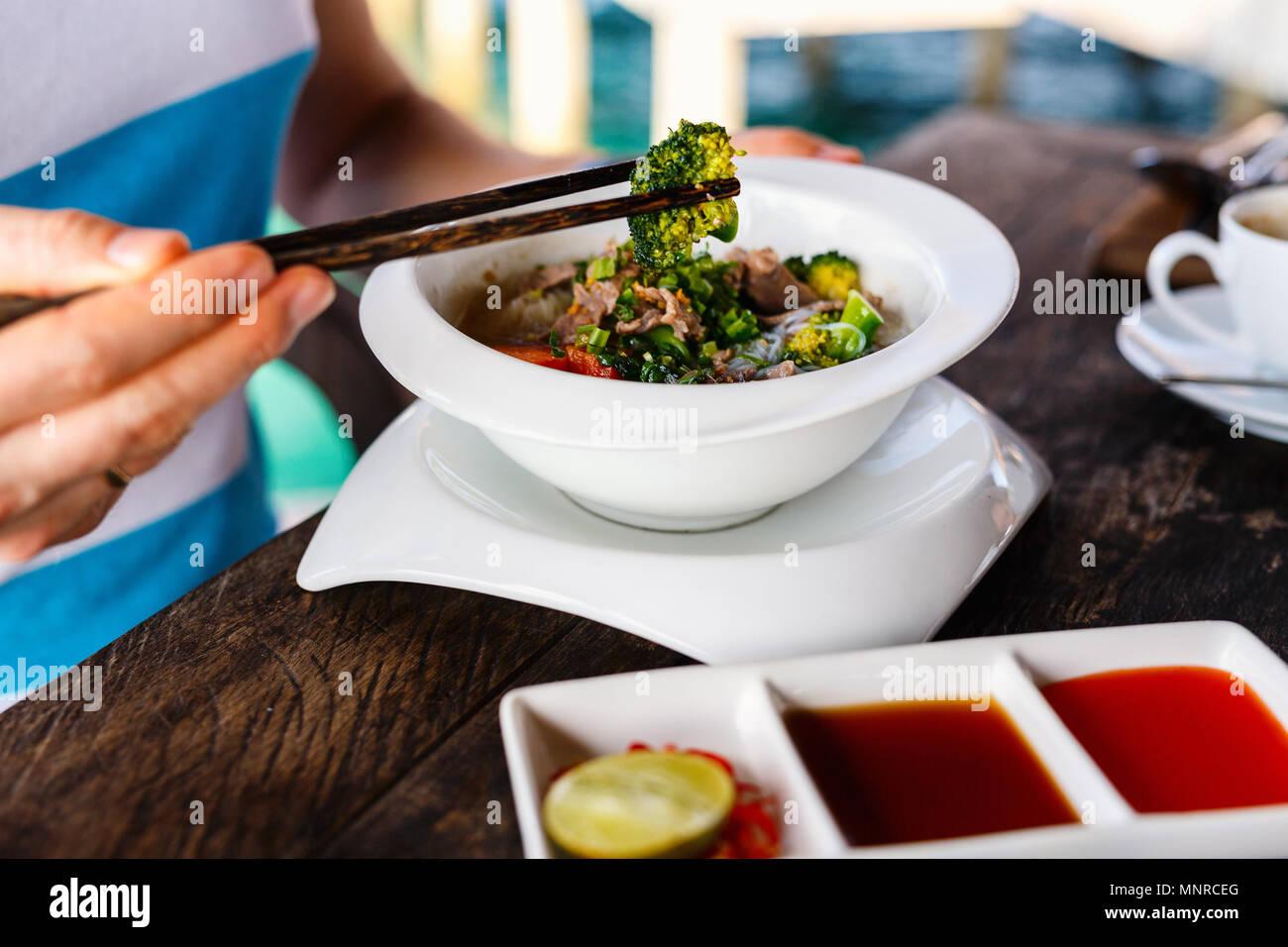 Délicieux plat de viande et nouilles asiatiques servis pour le petit-déjeuner ou déjeuner Photo Stock
