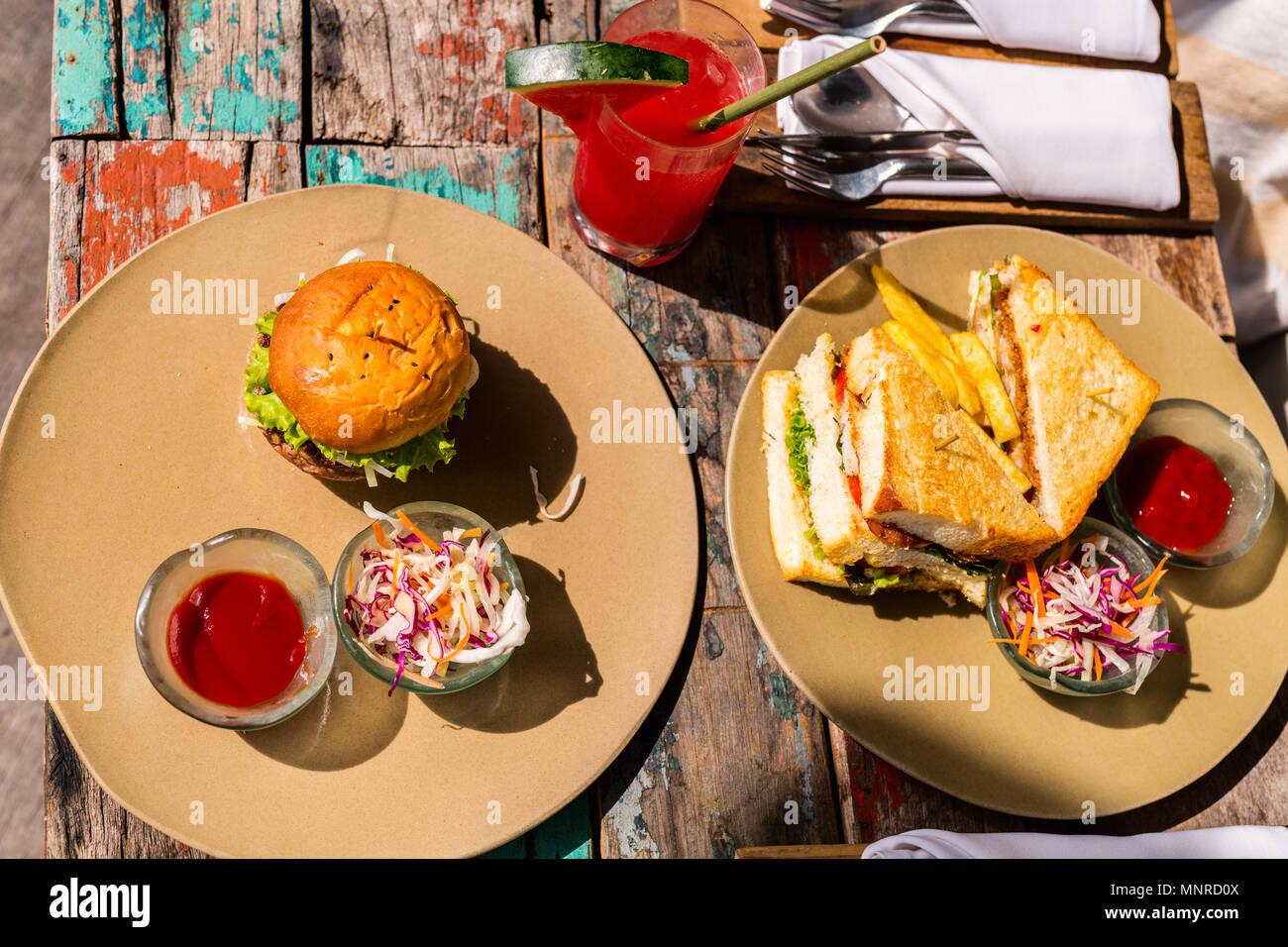 Délicieux poissons frais sandwich, burger et salade verte pour le déjeuner Photo Stock