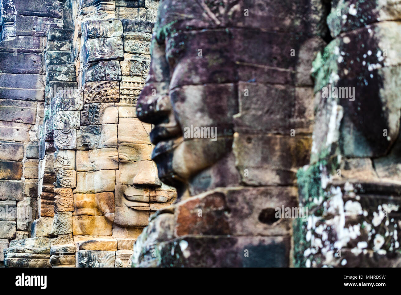 Les visages de l'ancien temple Bayon attraction touristique populaire à Angkor Thom, Siem Reap, Cambodge. Photo Stock