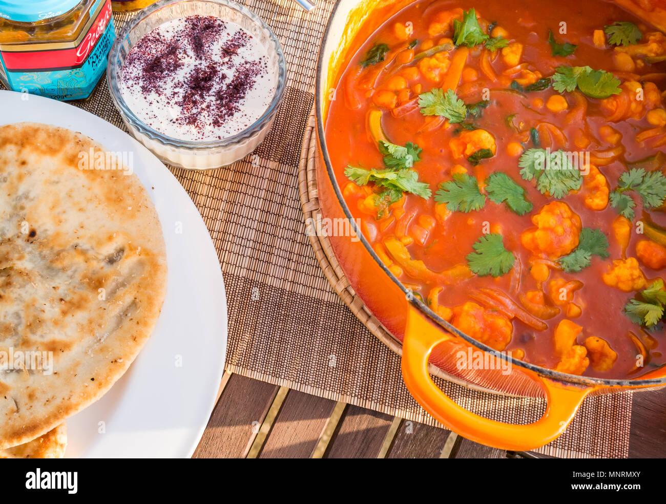 Close Up De Grande Cocotte Le Creuset Orange Pot Sur Table Patio