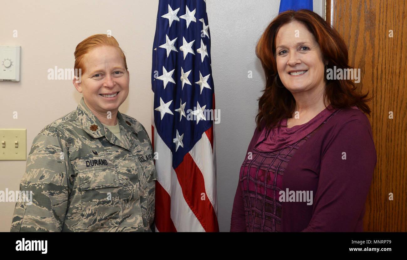 Le Major Michelle Durand, le 28e Escadron de soutien de la Force, commandant et Reva Fleming, la 28e Bomb Wing de la main-d'oeuvre et chef de l'organisation, se tenir par le drapeau des États-Unis de Ellsworth Air Force Base, S.D., 30 janvier 2018. Verne De Ellsworth AFB a remporté le prix à l'Orr Air Force Global Strike le niveau de commande et va maintenant concourir au niveau de l'Armée de l'air. Photo Stock