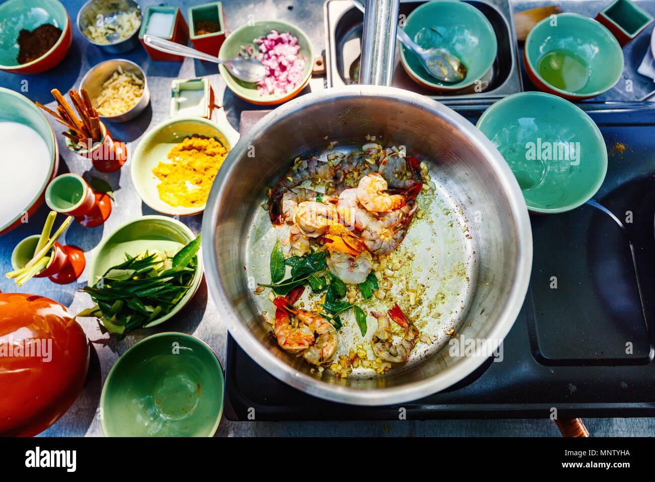 Préparation des plats traditionnels du Sri Lanka curry de crevettes du Cours de cuisine Photo Stock