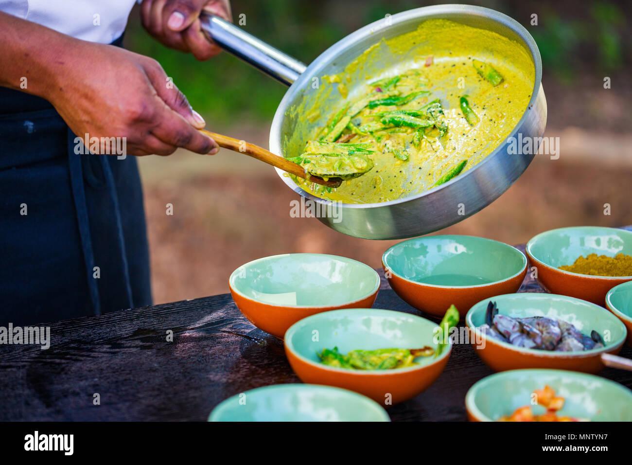 Chef making plat curry Sri-Lankais traditionnels du Cours de cuisine Photo Stock