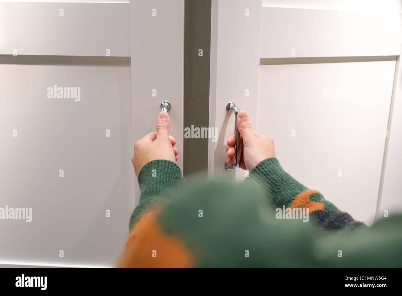 Les Mains Des Femmes Ouvre Le Placardporte De Placard Porte En